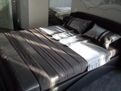 кровати с кожаным изголовьем