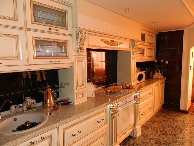 классическая кухня в светлых тонах с патиной