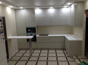 белая встроенная кухня