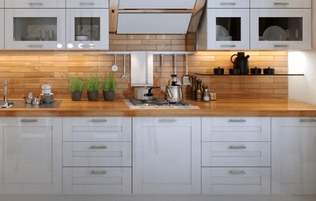 Белая кухня с деревянной столешницей в скандинавском стиле